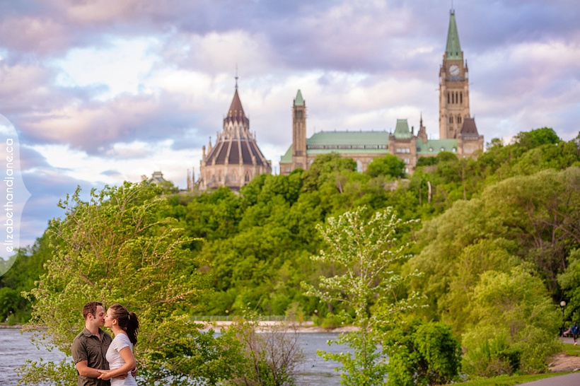 Engagement portraits of Sarah and Andrew in Ottawa by Liz Bradley of elizabethandjane.ca